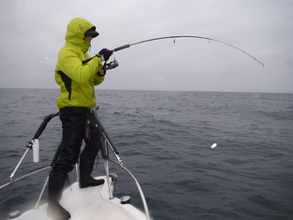 雨天時の釣りでヒラマサとのやり取り
