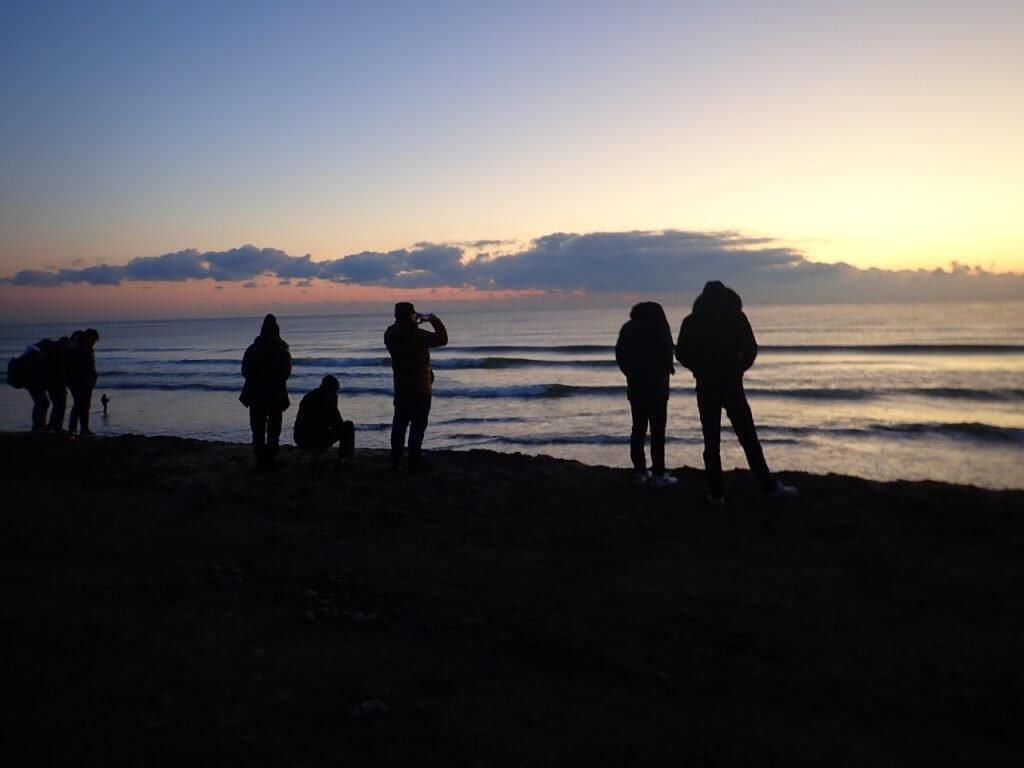 初日の出を眺める人々