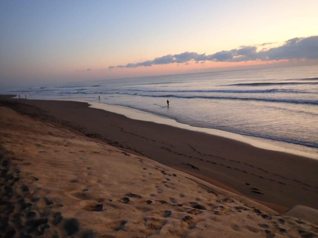 宮崎のビーチに立つ釣り人