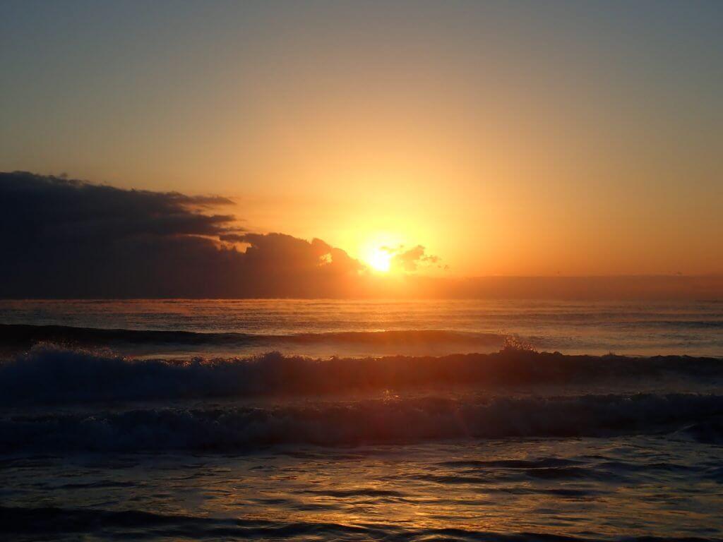 宮崎の砂浜から見える初日の出
