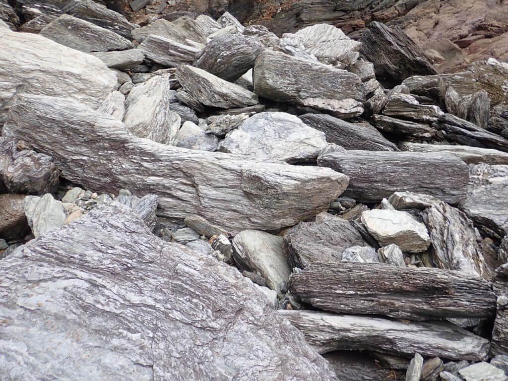 ヒラスズキのポイントに向かう途中の険しい岩場