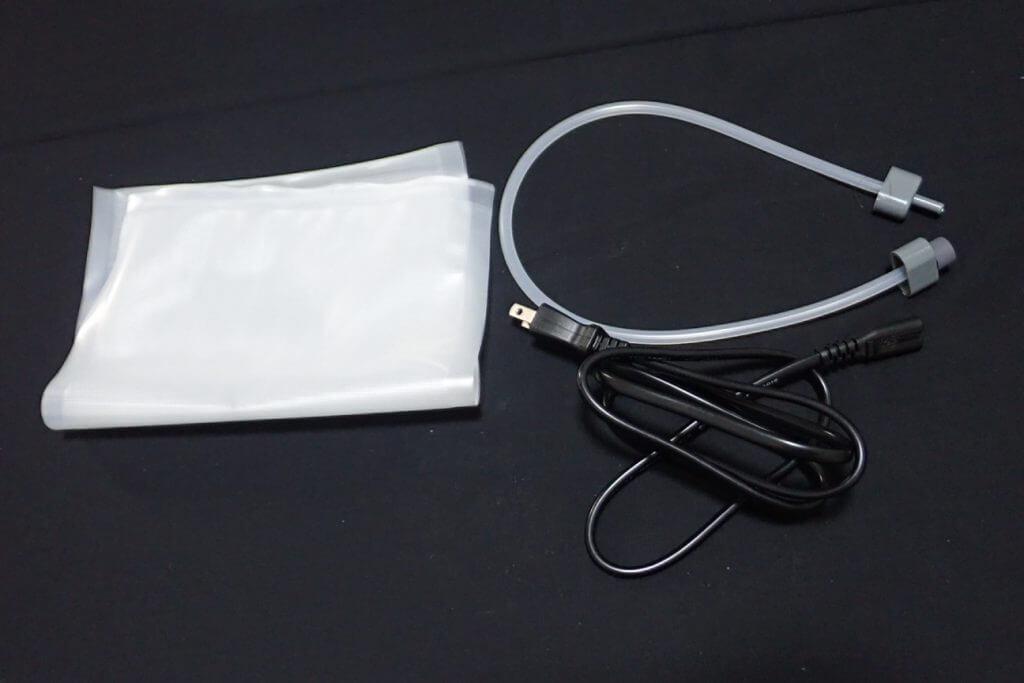 電源コード、専用袋、ホース、取り扱い説明書(写真なし)が入っている