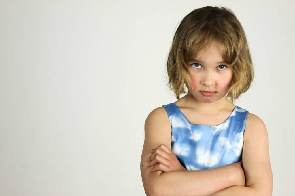 不満げな表情の女の子
