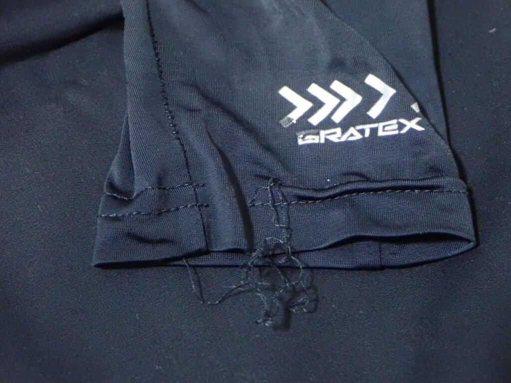 1シーズンの使用で裾部分にほつれが出ている