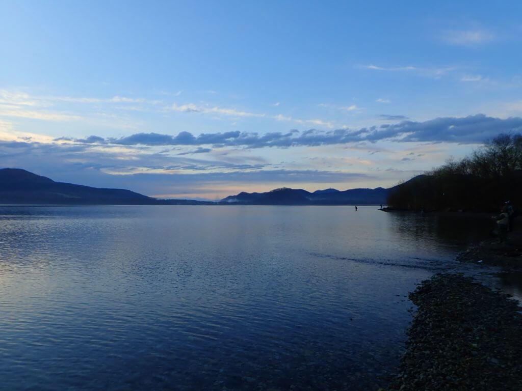 朝マズメの時間帯の湖