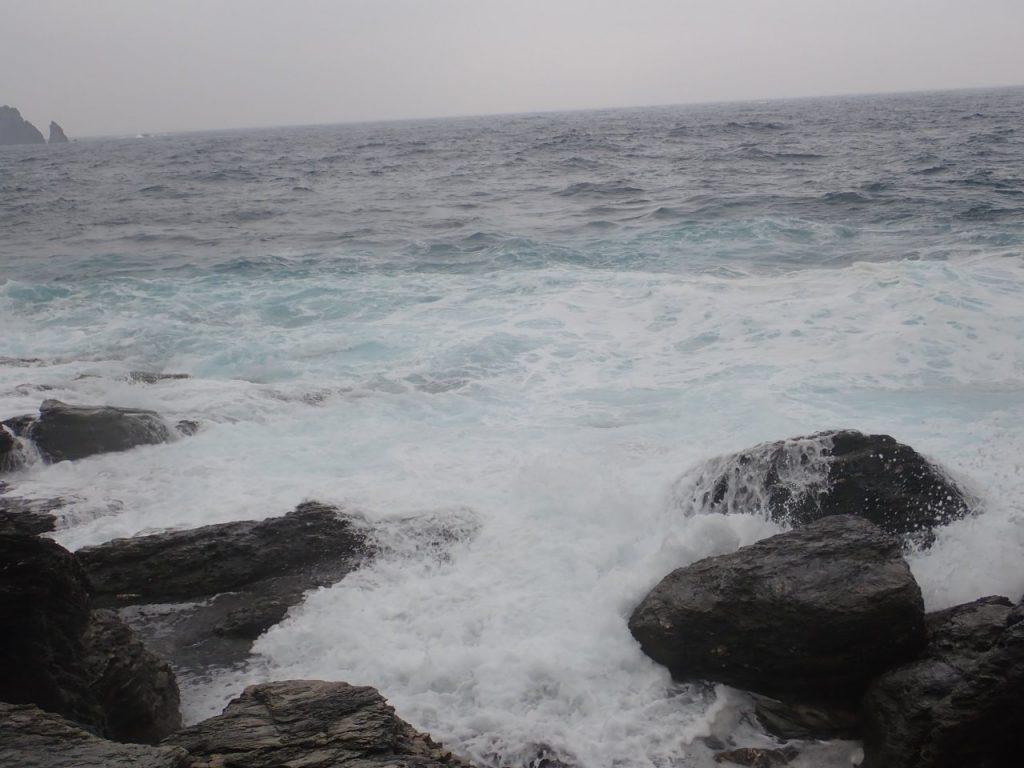 時化で波の水しぶきがかかるほど