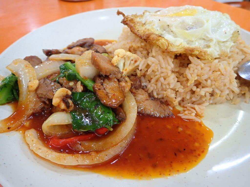 マレーシアの食堂のナシゴレン
