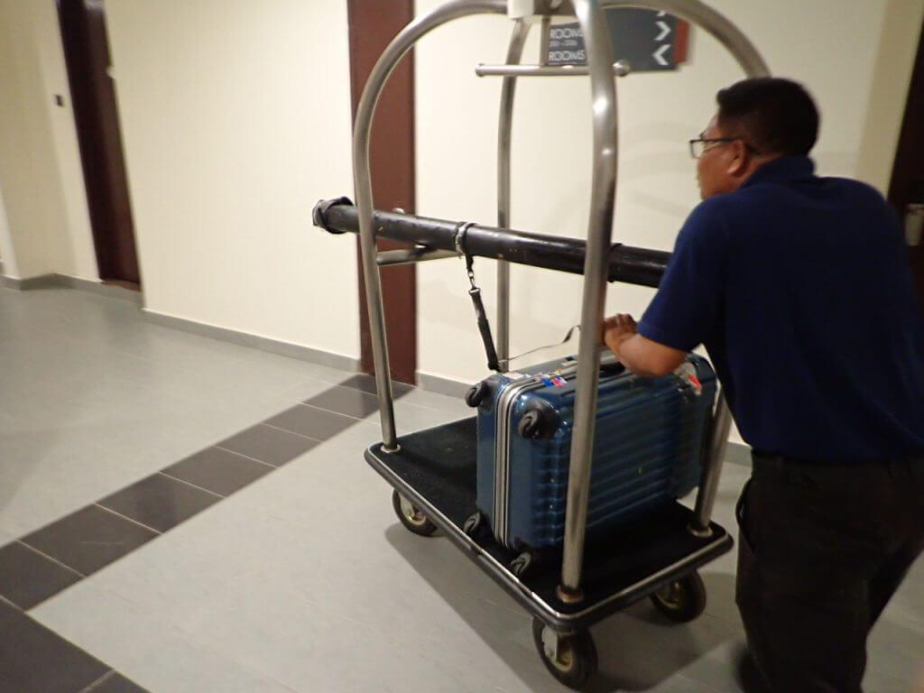 荷物を部屋まで運んでもらう