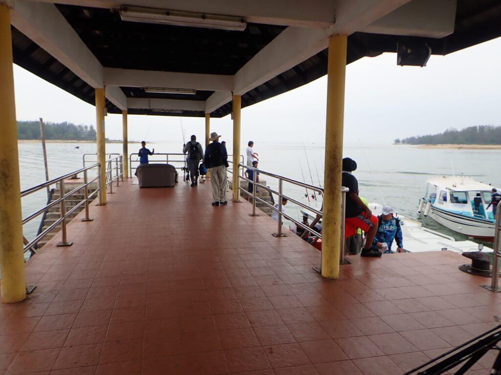 船が出向する桟橋