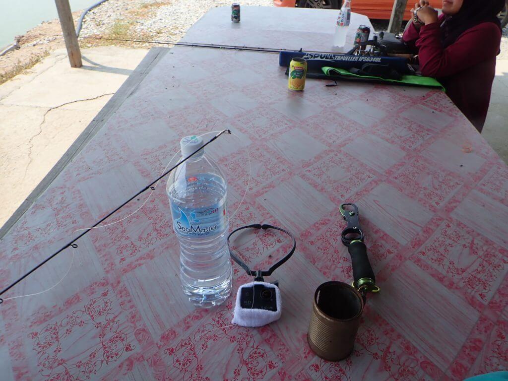 釣り堀の受付にあるテーブル