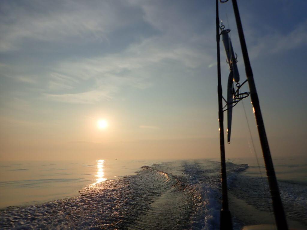 船から見る朝日