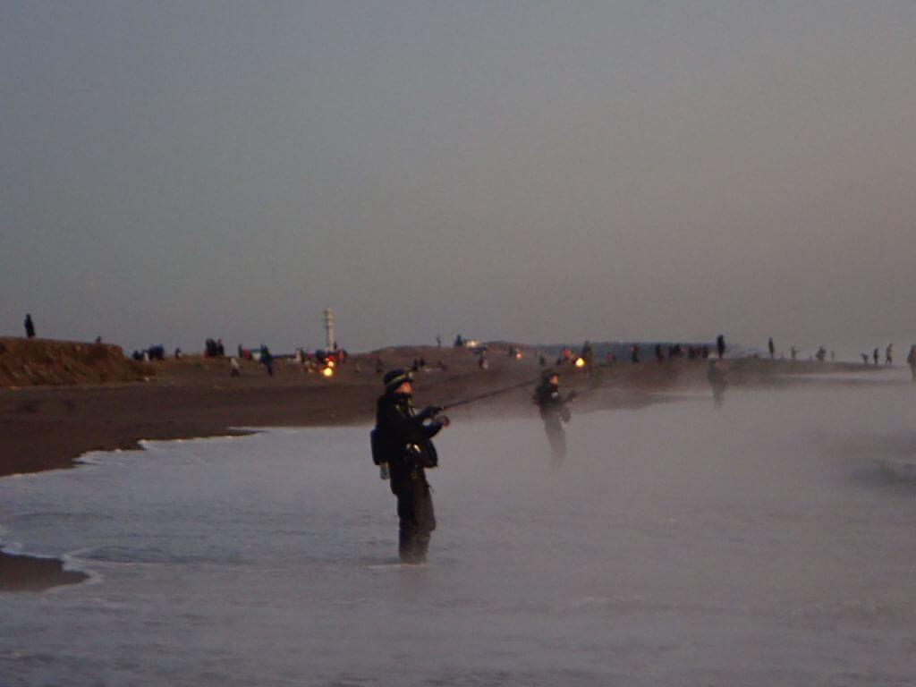 砂浜に来るたくさんの釣り人達