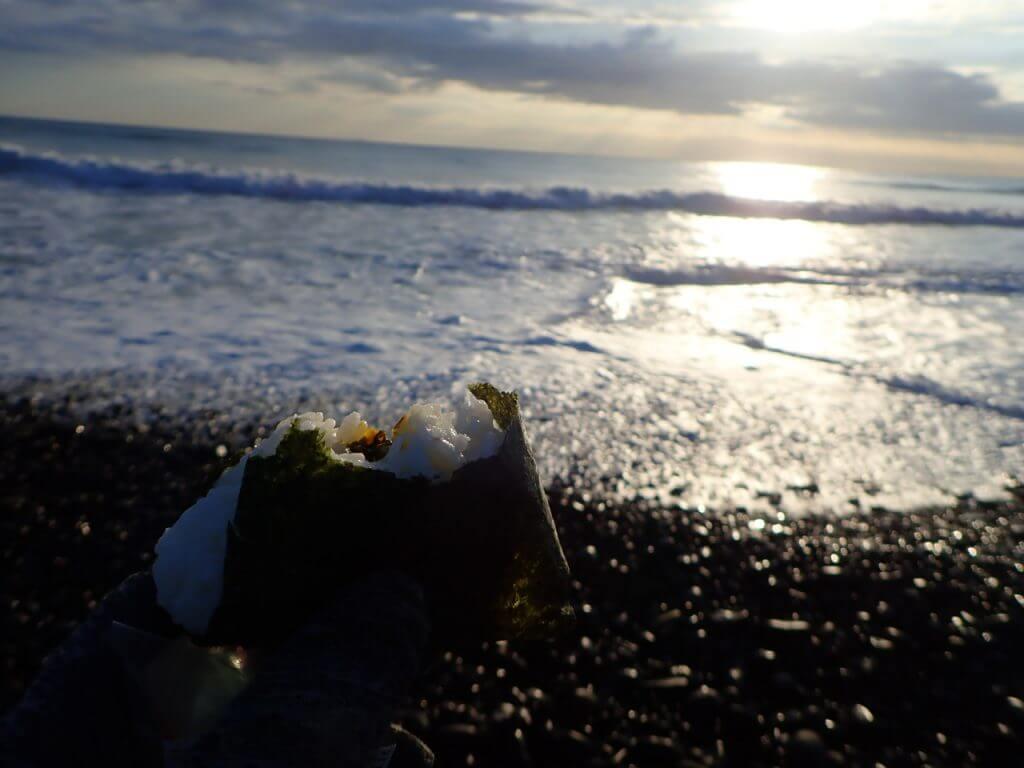 浜で食べるおにぎりがうまい