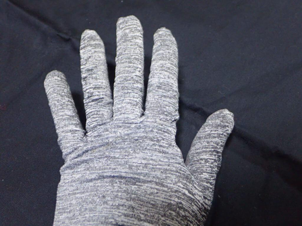 手の甲は伸縮性のあるニット素材