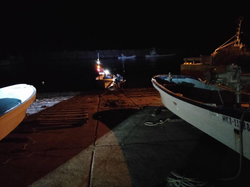 相泊港から小さな船で釣り場に向かう