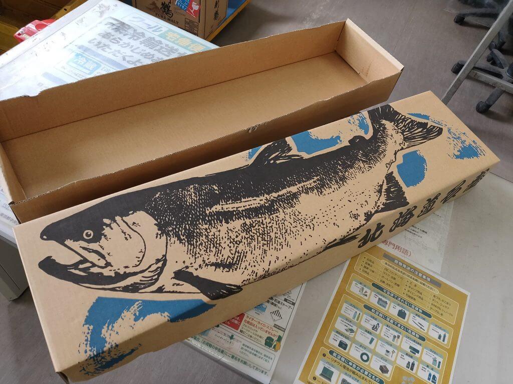羅臼のヤマト営業所には鮭が描かれた箱が売られています
